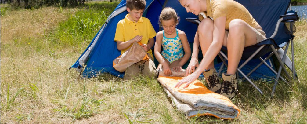 best sleeping bags for summer camping - family with sleeping bag